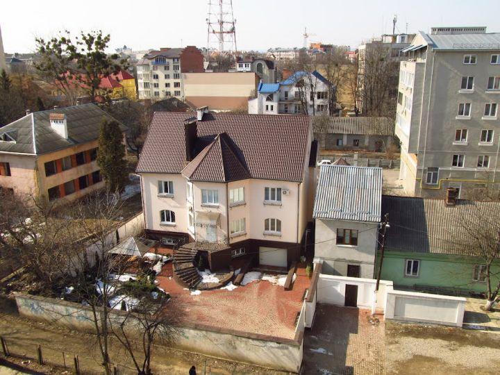 """Колишній дитячий садок """"Дюймовочка"""" (зліва) у березні 2012 року. Фото: Андрій Гураль, Panoramio."""