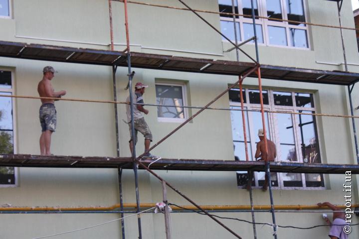 Робітники і поговорити встигають, і працюють дуже жваво