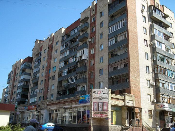 Багатоповерхівці у центрі міста можна сказати ще пощастило. Після артобстрілу тут лише вікна повилітали