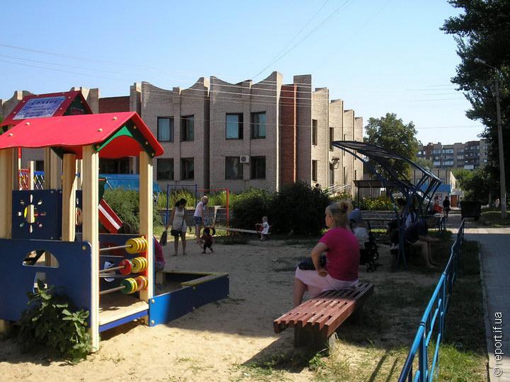 Дитячий майданчик у центрі Слов'янська. Люди повертаються до звичного життя