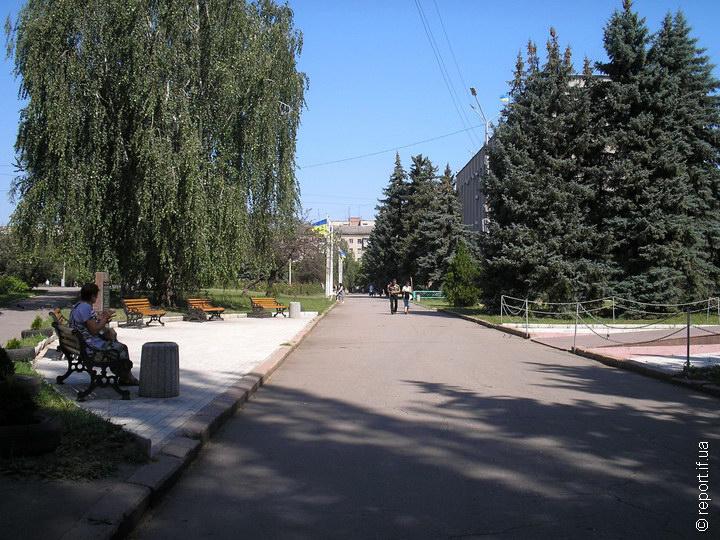 Центр Слов'янська. Зліва з-за ялинок видно міську раду. Люди виходять на вулиці