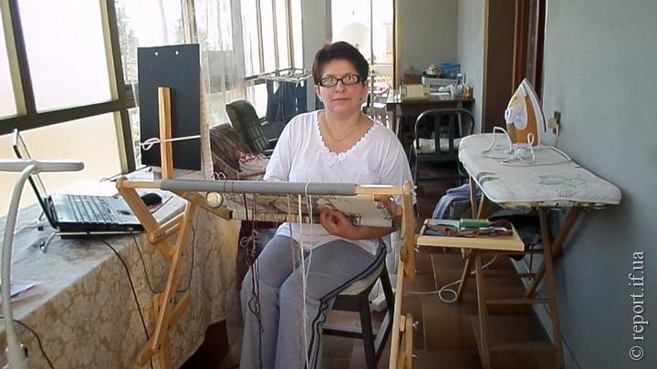 Робоче місце пані Галини на веранді. Поруч завжди ноутбук з постійно  ввімкненим скайпом 4b2cb23583013