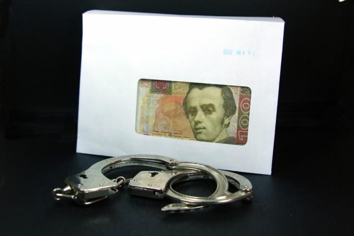 Хабар. Гривна  конверте и наручники.