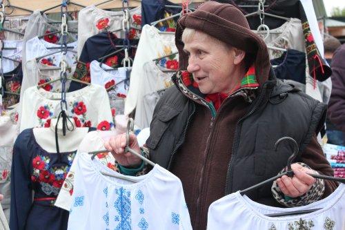Продавці біля кожної ятки гостинно запрошують оглянути товар