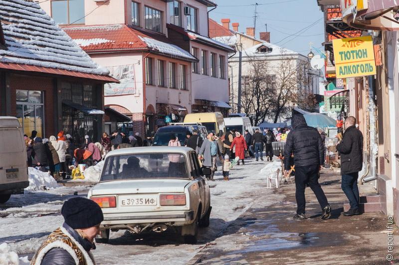 """Базарні пристрасті. У Коломиї триває конфлікт влади з підприємцями """"синього"""" ринку"""