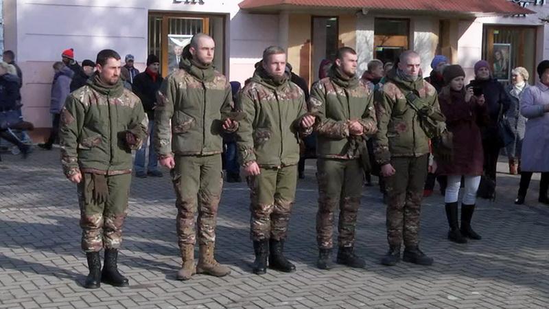 У Коломиї урочисто зустріли захисників України, які повернулися з передової (відео)