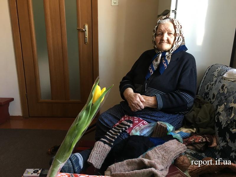 Цукерка у шкарпетці. 91-річна Анна Дівнич з Крихівців щодня в'яже теплі речі хлопцям в АТО (фото)