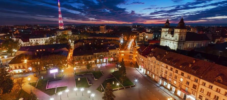 Проукраїнський топ-блогер в оригінальній формі закликав любити Івано-Франківськ (відеофакт)