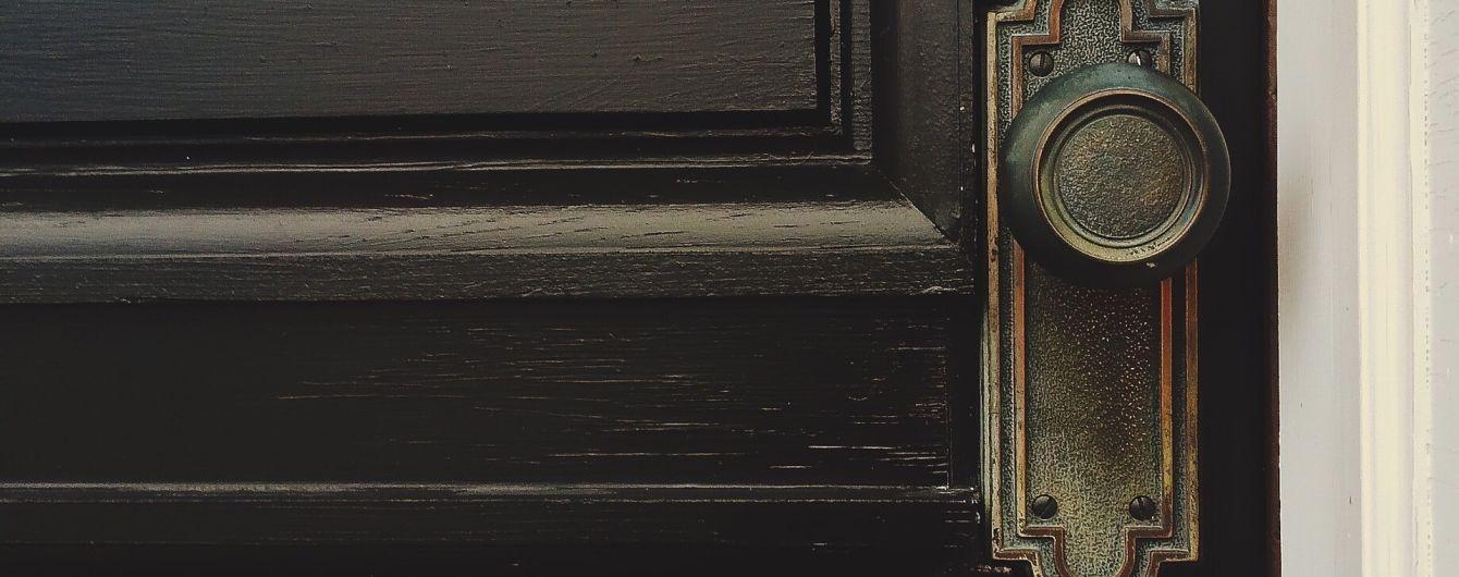 На Прикарпатті майже 30 років подружжя тримало зачиненим у квартирі сина (ВІДЕО)