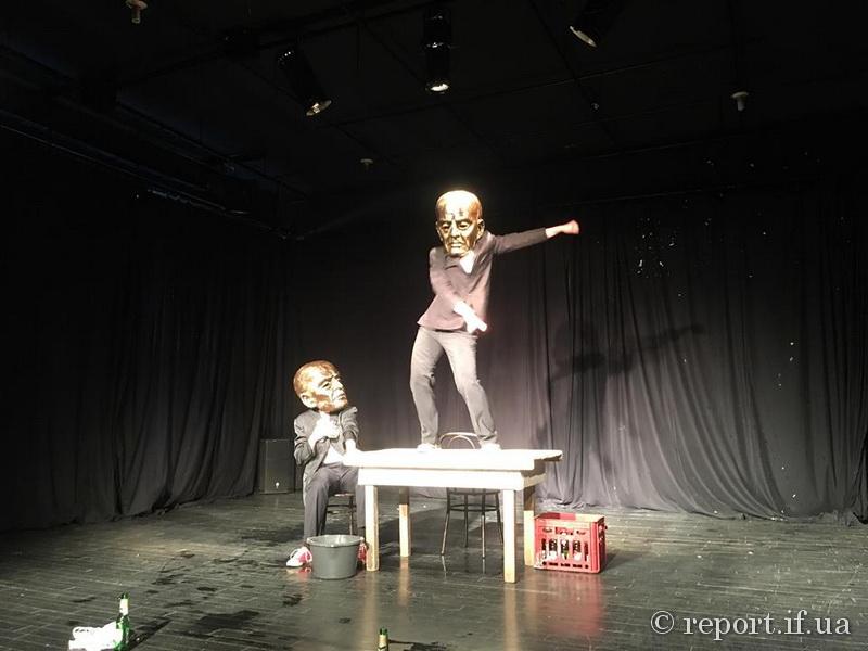 У Франківську за пивом чеський театр провокував глядачів на серйозні думки (фоторепортаж)