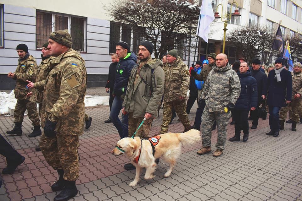 """Пес лікує від війни – як собака-терапевт допомагає у """"Бандерівському схроні"""" (фоторепортаж)"""