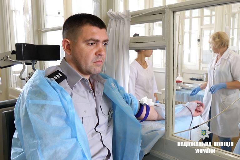 Франківські поліцейські здали кров для родича колеги загиблого в АТО (фоторепортаж)