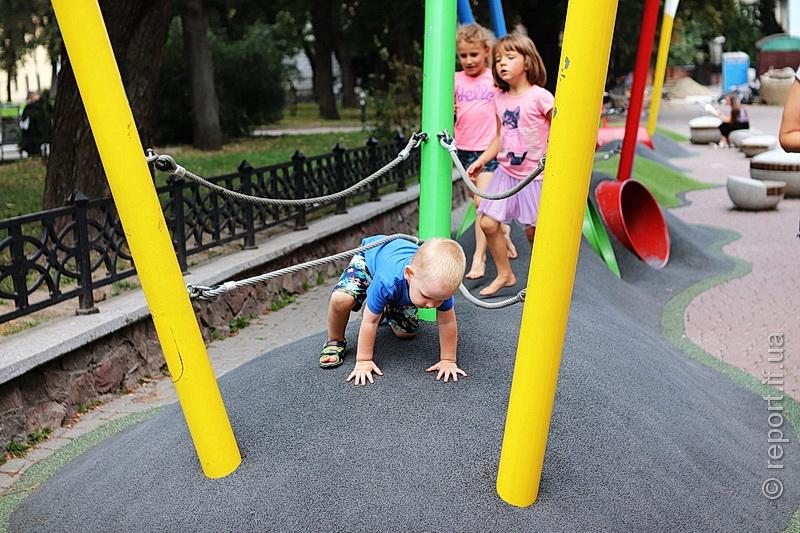 Дітям треба простір. У середмісті Франківська бракує ігрових зон, а грошей нема (фоторепортаж)