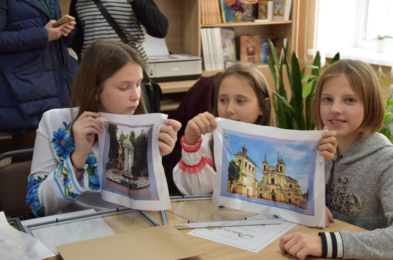 У рамках кампанії розробили оригінальні дизайн-схеми для вишивання бісером  із зображенням архітектурних пам`яток міста. Ці схеми роздали учням п`яти  шкіл 76c7ad0154781