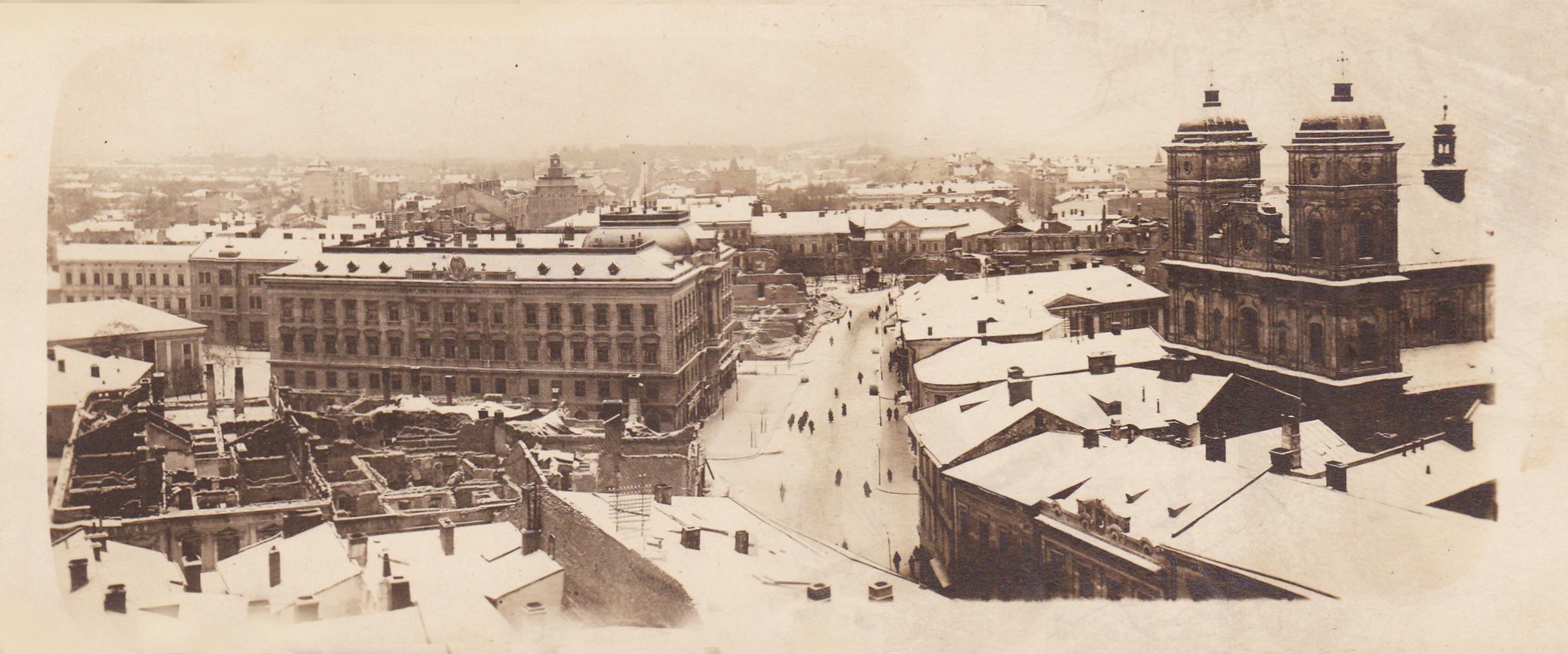 Напевно, фотографи, що співпрацювали зі станиславівськими видавцями поштівок, були занадто теплолюбові, і в холоди воліли сидіти вдома. Інакше як пояснити майже повну відсутність листівок із краєвидами зимового міста? На австрійських і польських картках майже завжди літо чи весна, і лише епізодично вкрапляється осінь.