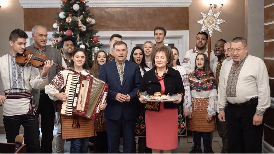 Ректор медуніверситету Микола Рожко колядував разом зі студентами