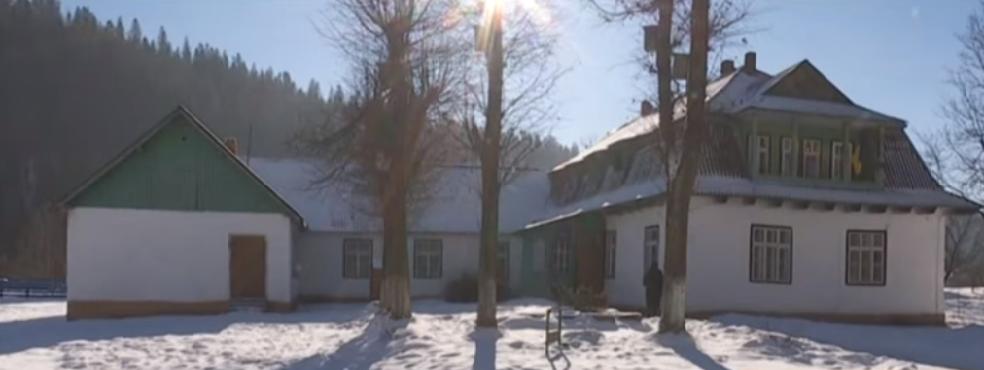 У Татарові школярі мусять вчитися у столітній будівлі, а їсти в актовій залі (відеосюжет)