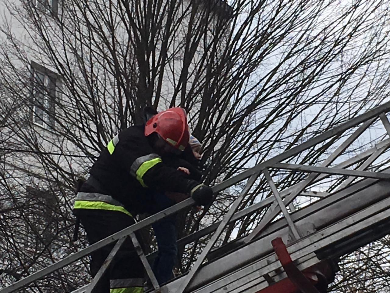 Під час пожежі у центрі Франківська, надзвичайникам довелося евакуювати майже півсотні людей (фоторепортаж)