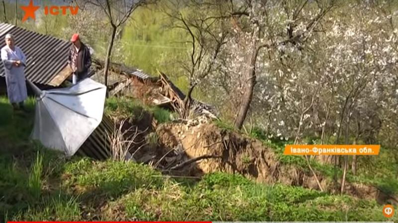 Косів сповзає у прірву. Місцева річка підмиває береги й руйнує будинки (відеосюжет)