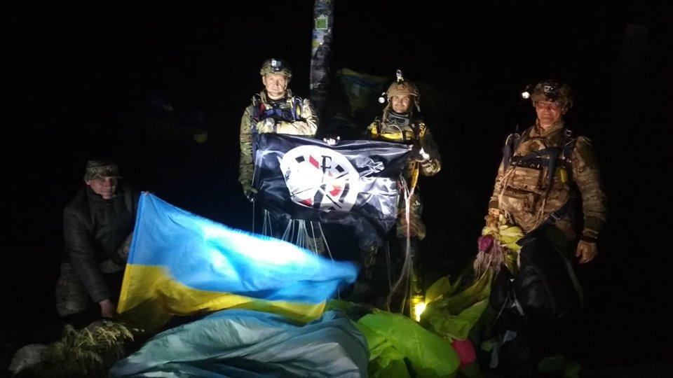 Ветерани війни стрибнули вночі з парашутом на Говерлу (відео)