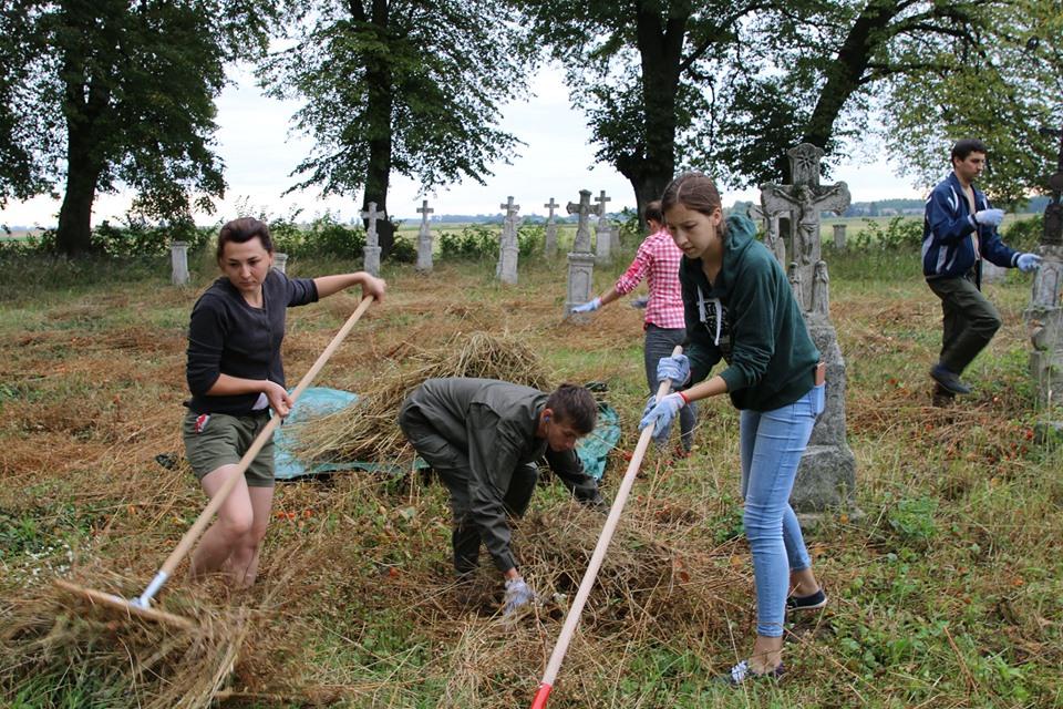 Як франківці відновлювали українські цвинтарі в Польщі