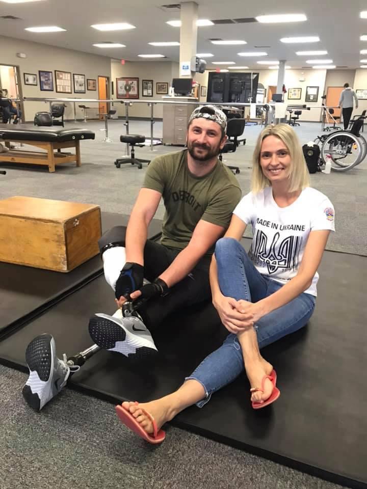 Майор Микола Левкун з Калущини на реабілітації у США завальсував з дружиною на нових протезах (ФОТО)