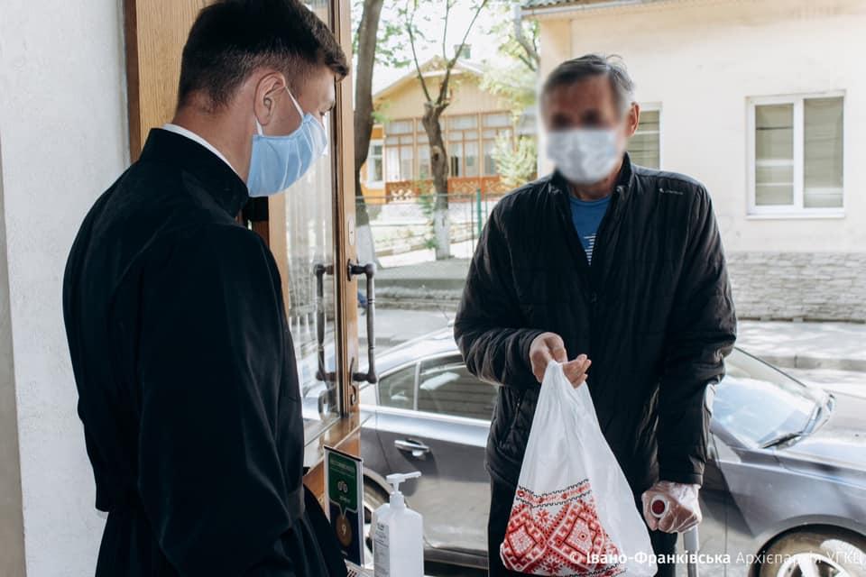 Волонтери нагодують усіх: як люди возять по Франківську безкоштовні обіди: фото