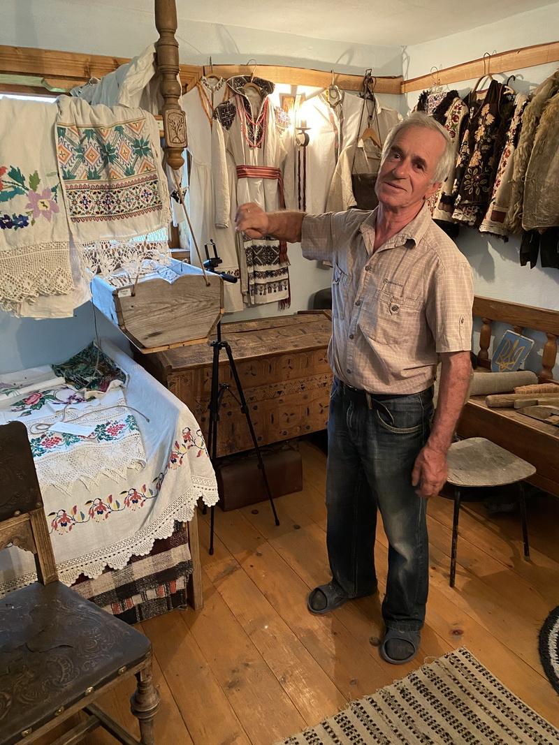 Життя в музеї. Як родина Ганчуків із села Топільське ділить хату з раритетами (ФОТО)