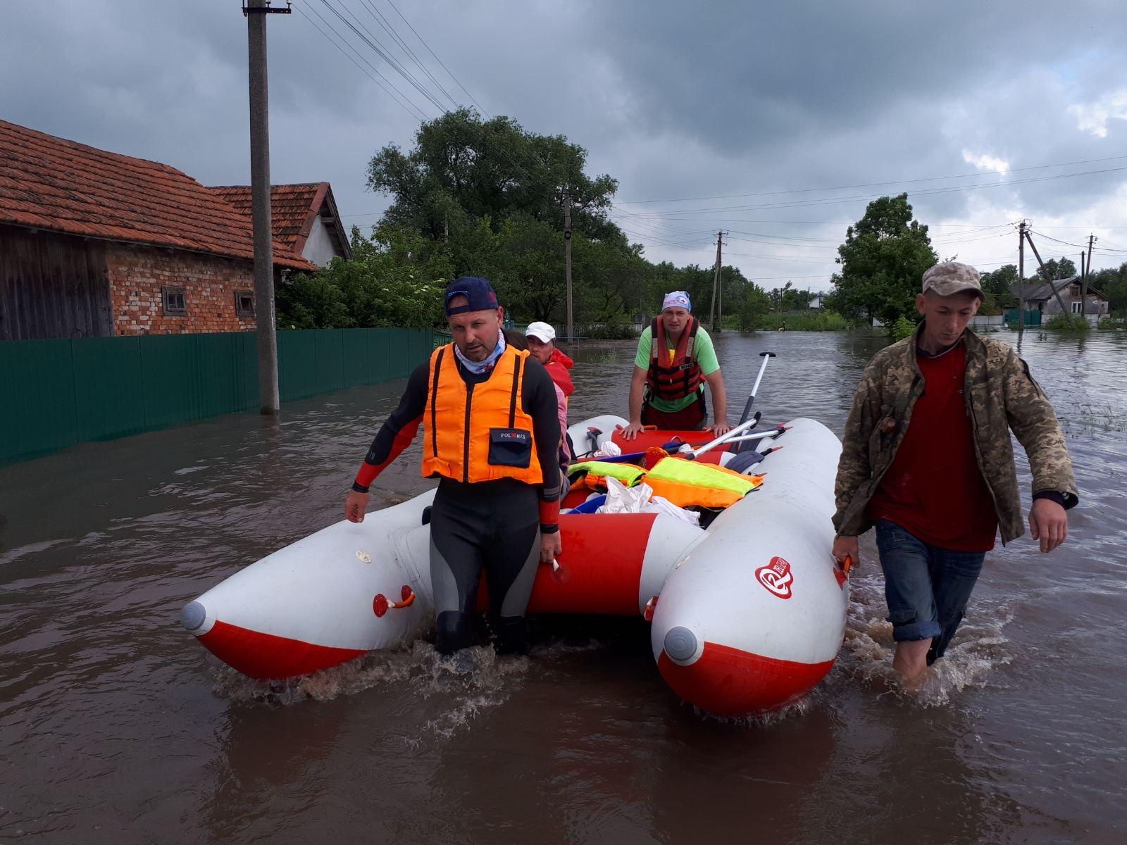 На катерах проти течії. Як прикарпатські волонтери рятували людей під час повені (ФОТО)